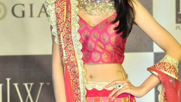 Actress Amrita Rao walks for Agni Jewellers at IIJW 2012 (3)