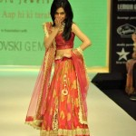 Actress Amrita Rao walks for Agni Jewellers at IIJW 2012 (5)