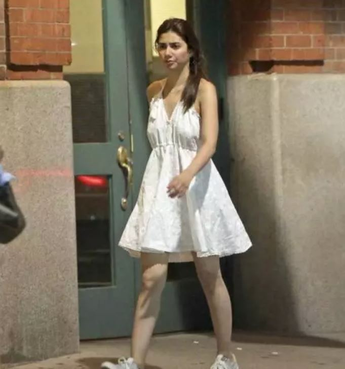 Mahira Khan with Ranbir Kapoor caught Smoking and snapped in USA
